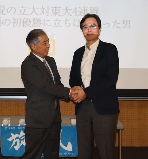 握手を交わす大山雄司さん(左)と野口裕美さん(東大野球部提供)