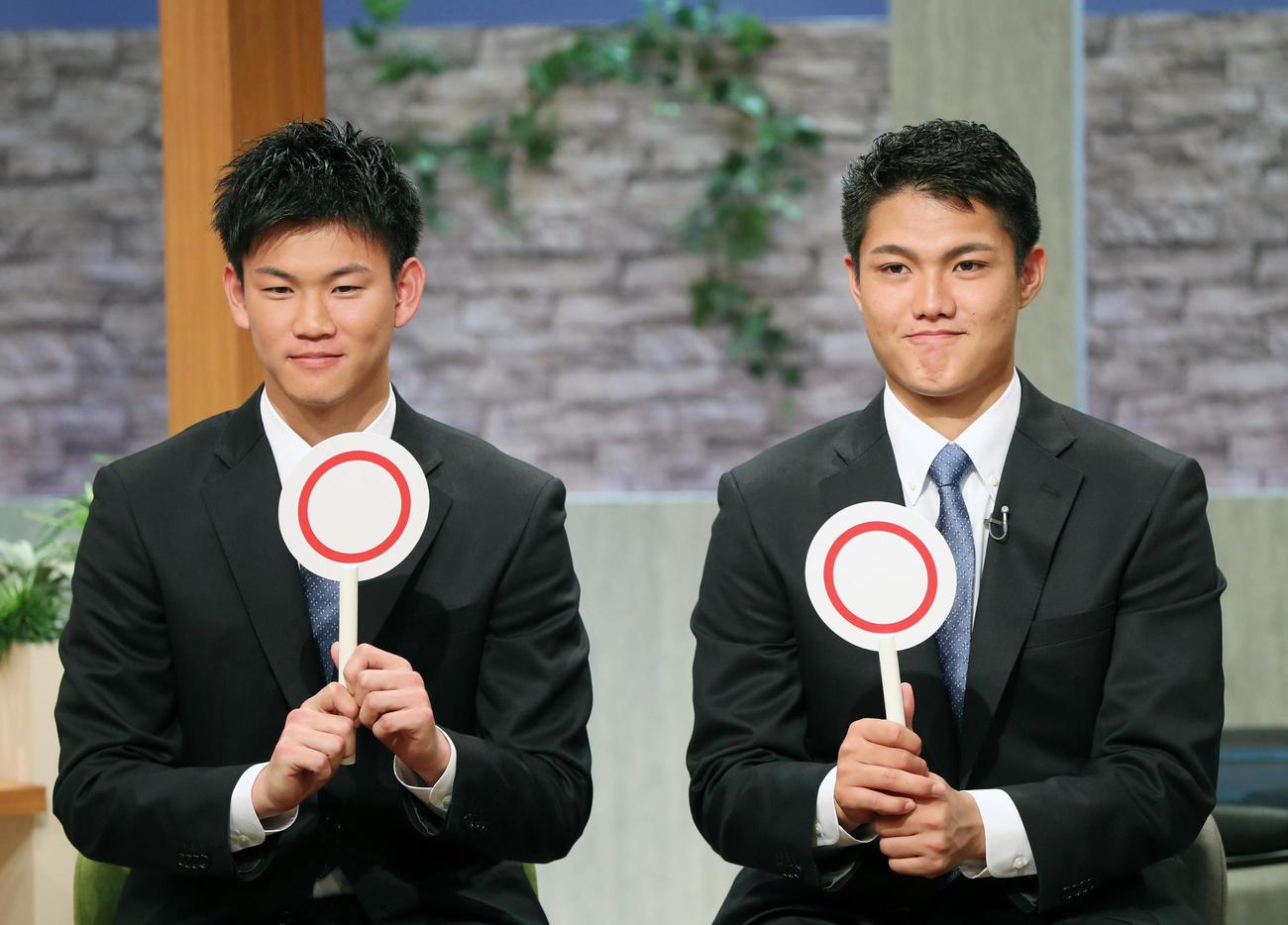 サンテレビ「熱血!タイガース党」に出演し、「新人王を取る!」という質問に○マル印で答える西純(右)と及川(撮影・前田充)