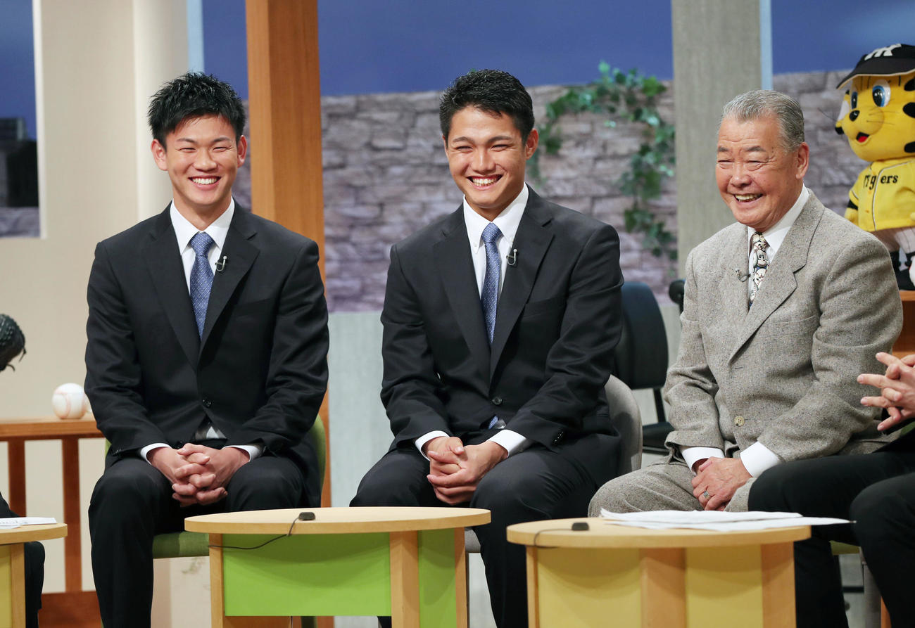 サンテレビ「熱血!タイガース党」に出演し笑顔を見せる西純(中央)と及川。右は福本氏(撮影・前田充)