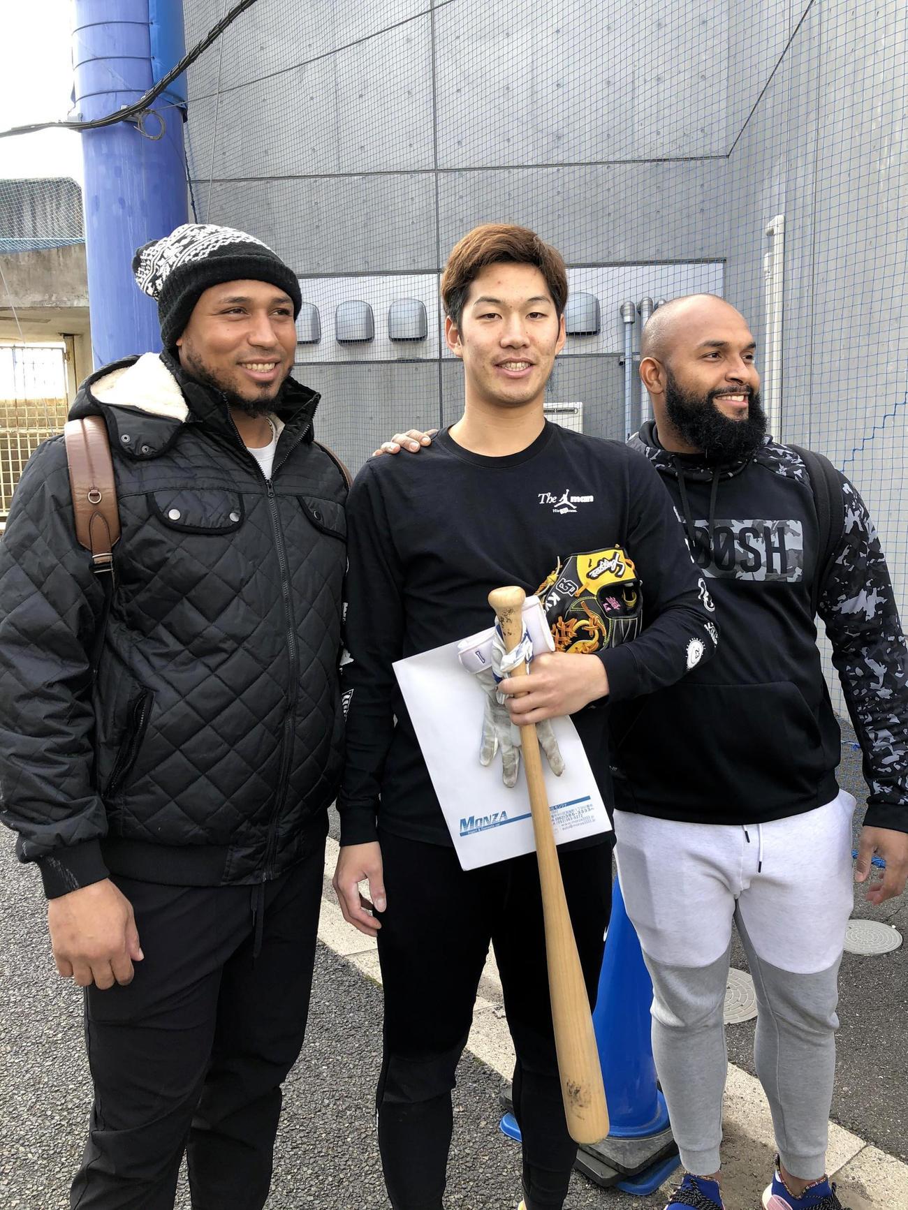 中日新外国人のシエラ(左)はアルモンテ(右)に紹介された京田(中)と笑顔で記念撮影