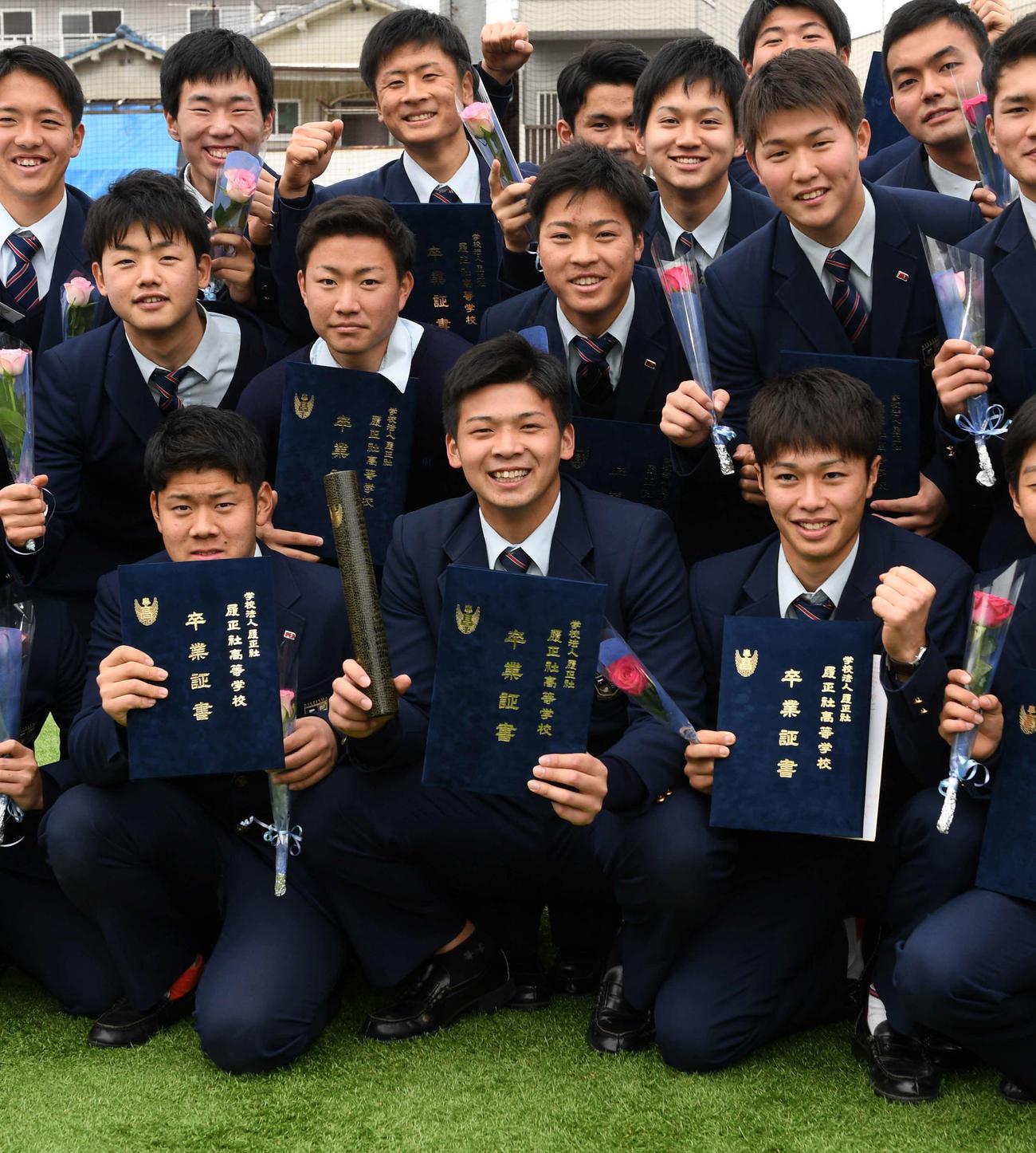 卒業式を終えナインとともに後輩にエールを送る井上(中央)(撮影・前岡正明)