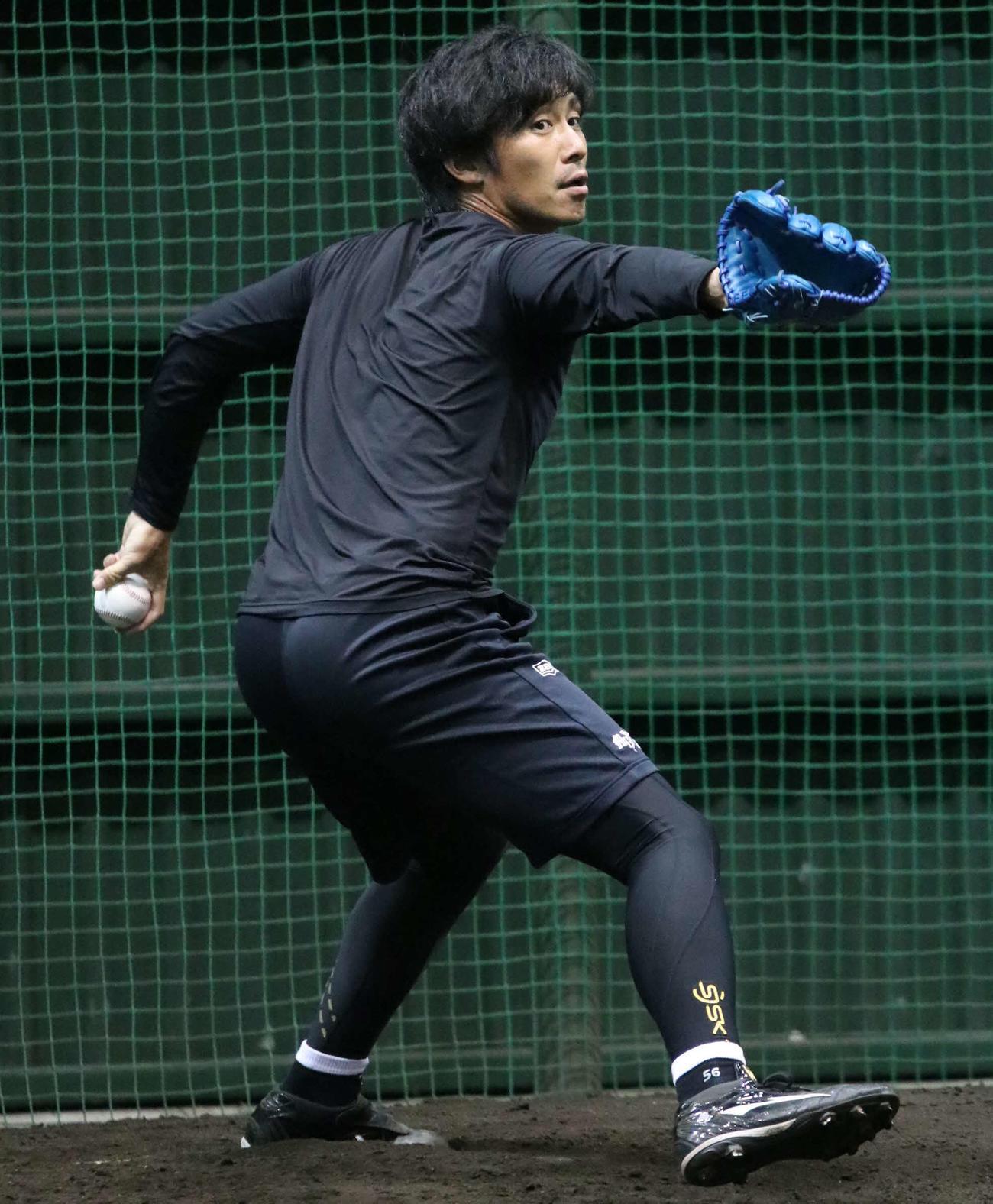 ブルペンで投球練習をする日本ハム吉川(撮影・山崎純一)