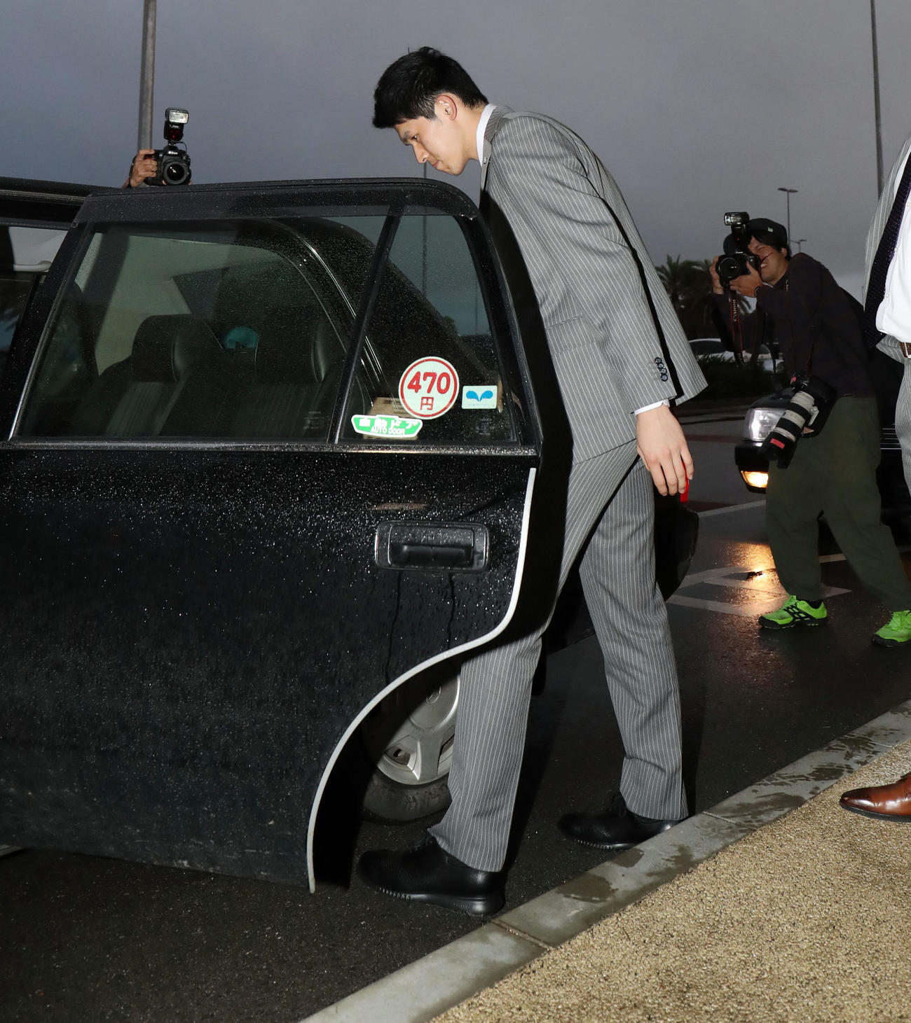 新石垣空港に到着したロッテ佐々木朗はタクシーに乗り込みホテルに向かう(撮影・垰建太)