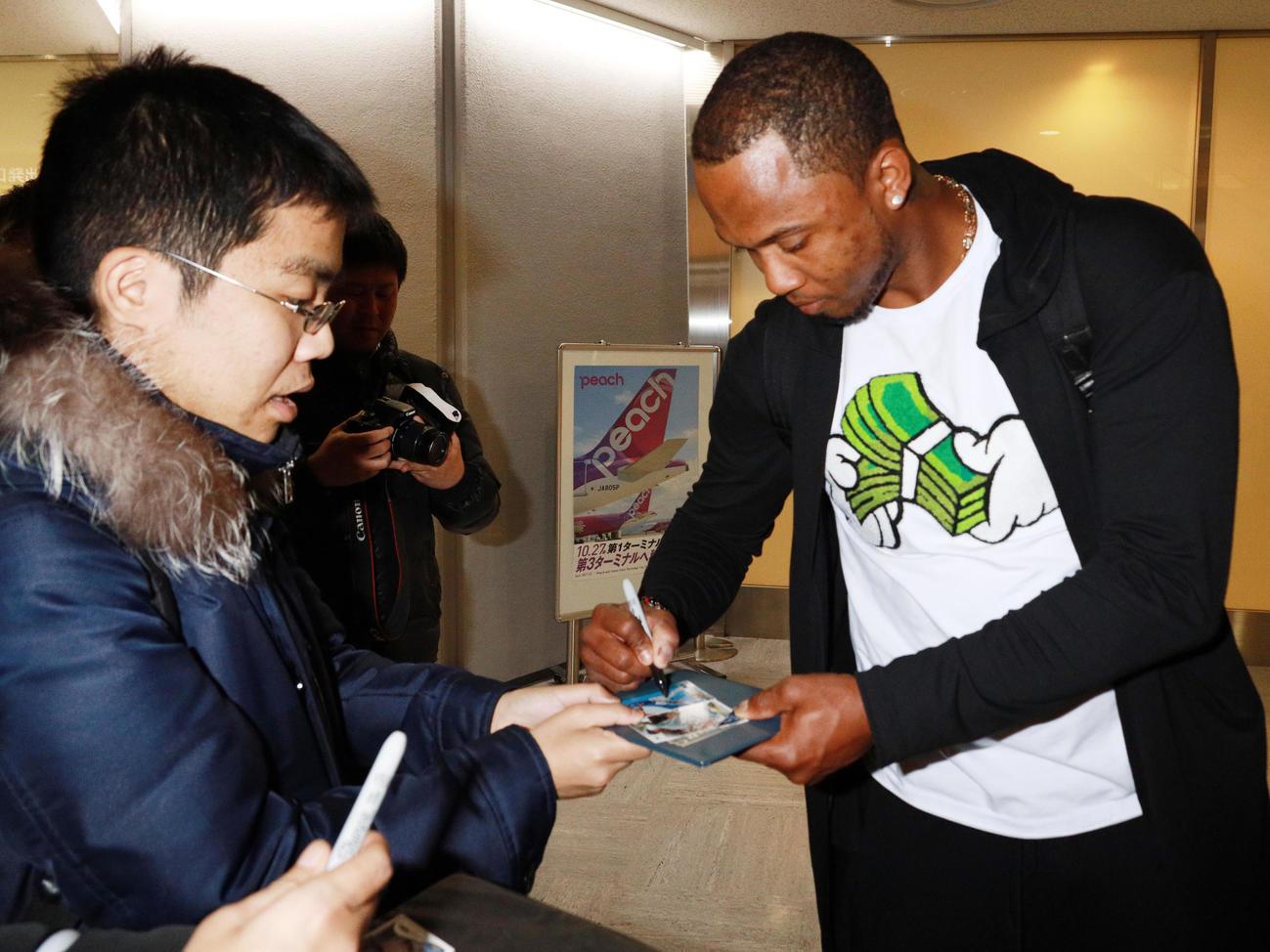 成田空港でファンにサインするヤクルトのエスコバー(撮影・中島郁夫)