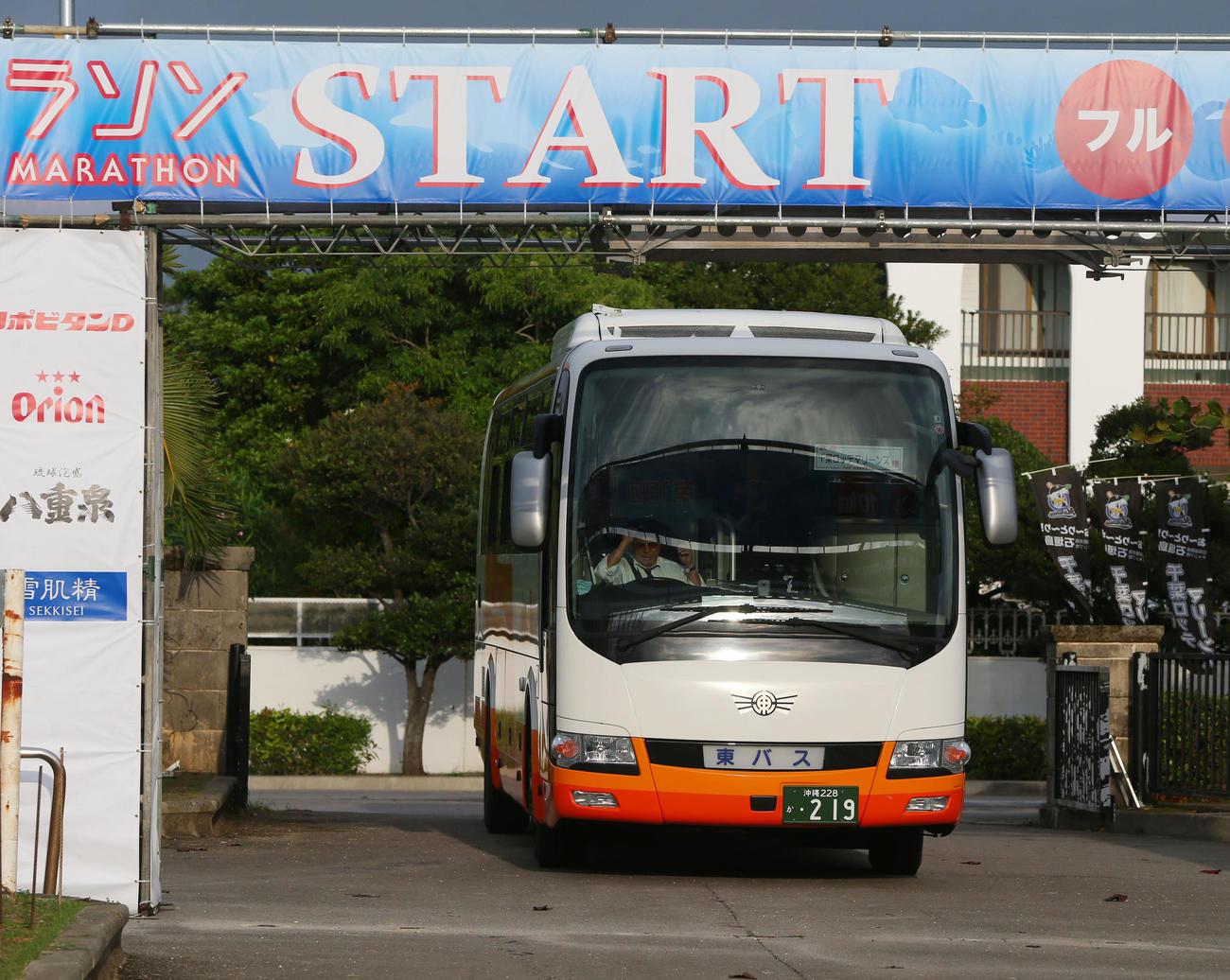 ロッテの選手たちを乗せたバスは前日行われたマラソンのスタートゲートに天井部分がぶつかりくぐれず停車する(撮影・垰建太)