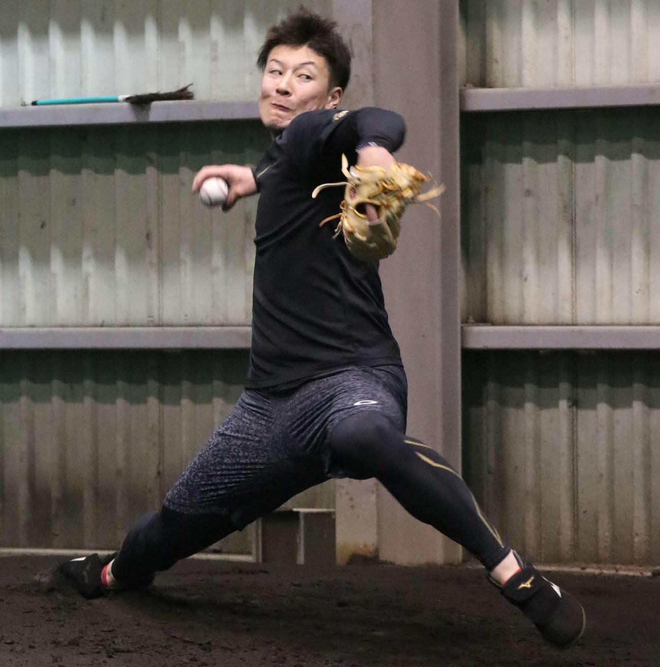 ブルペンで投球練習をする日本ハム吉田輝(撮影・山崎純一)
