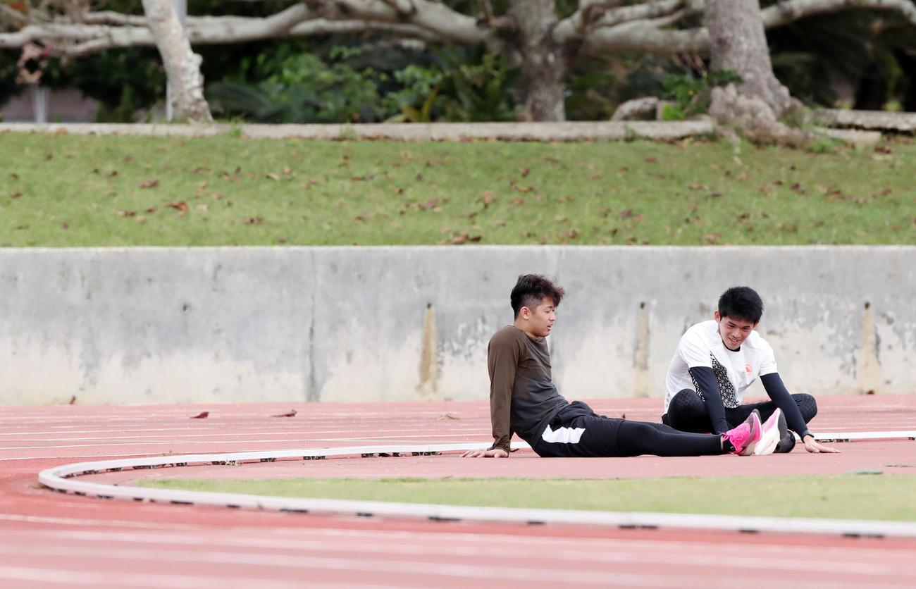 陸上競技場のトラックで走り終えたロッテ佐々木朗(右)と種市は座り込んで談笑する(撮影・垰建太)