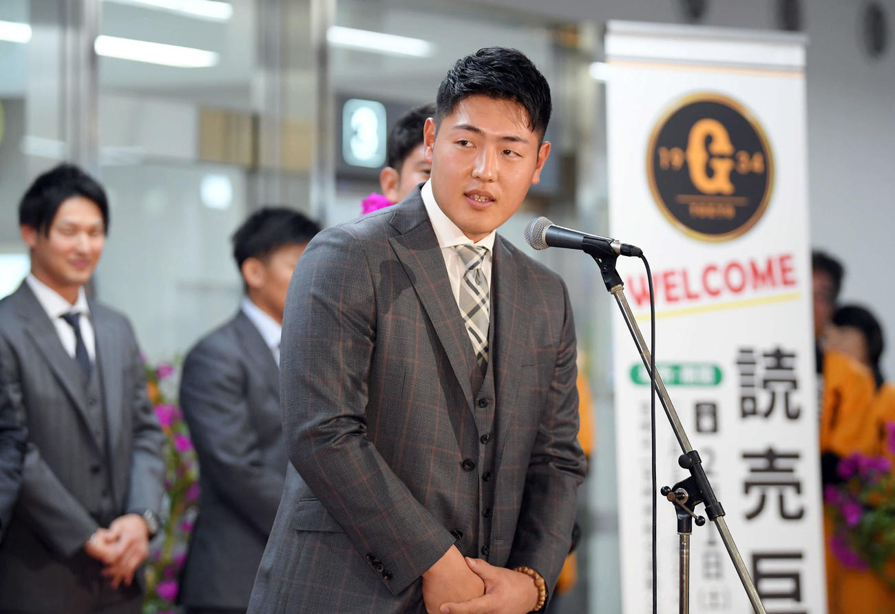宮崎空港に到着し、歓迎セレモニーで選手を代表してあいさつする巨人岡本(撮影・加藤諒)