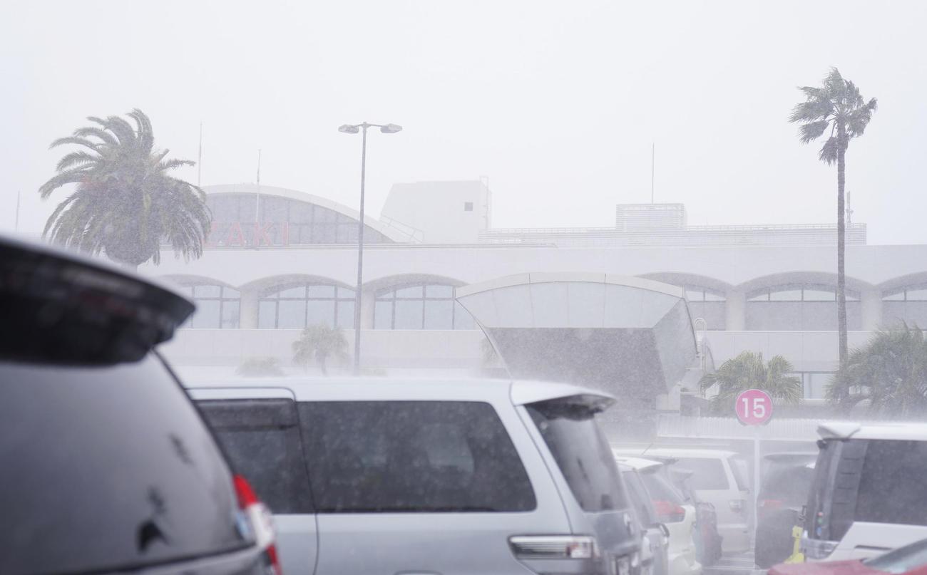風雨で白む宮崎空港のターミナルビル(撮影・加藤諒)