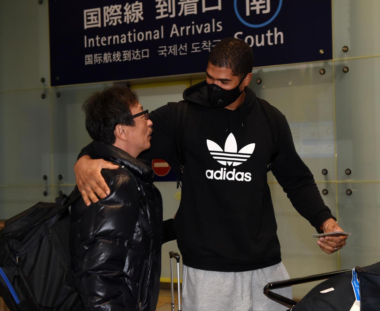 来日したモヤは笑顔で出迎えの球団関係者と話す(撮影・前岡正明)