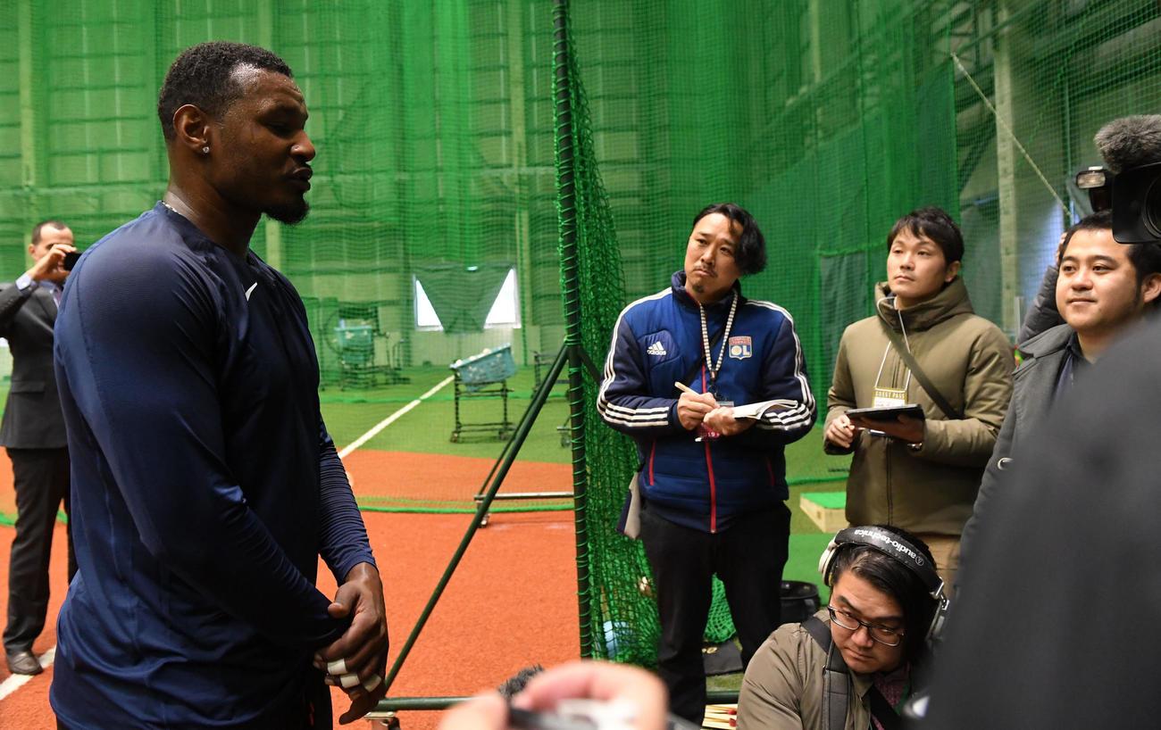 練習後、囲み取材を受けるオリックス・ジョーンズ(撮影・前岡正明)