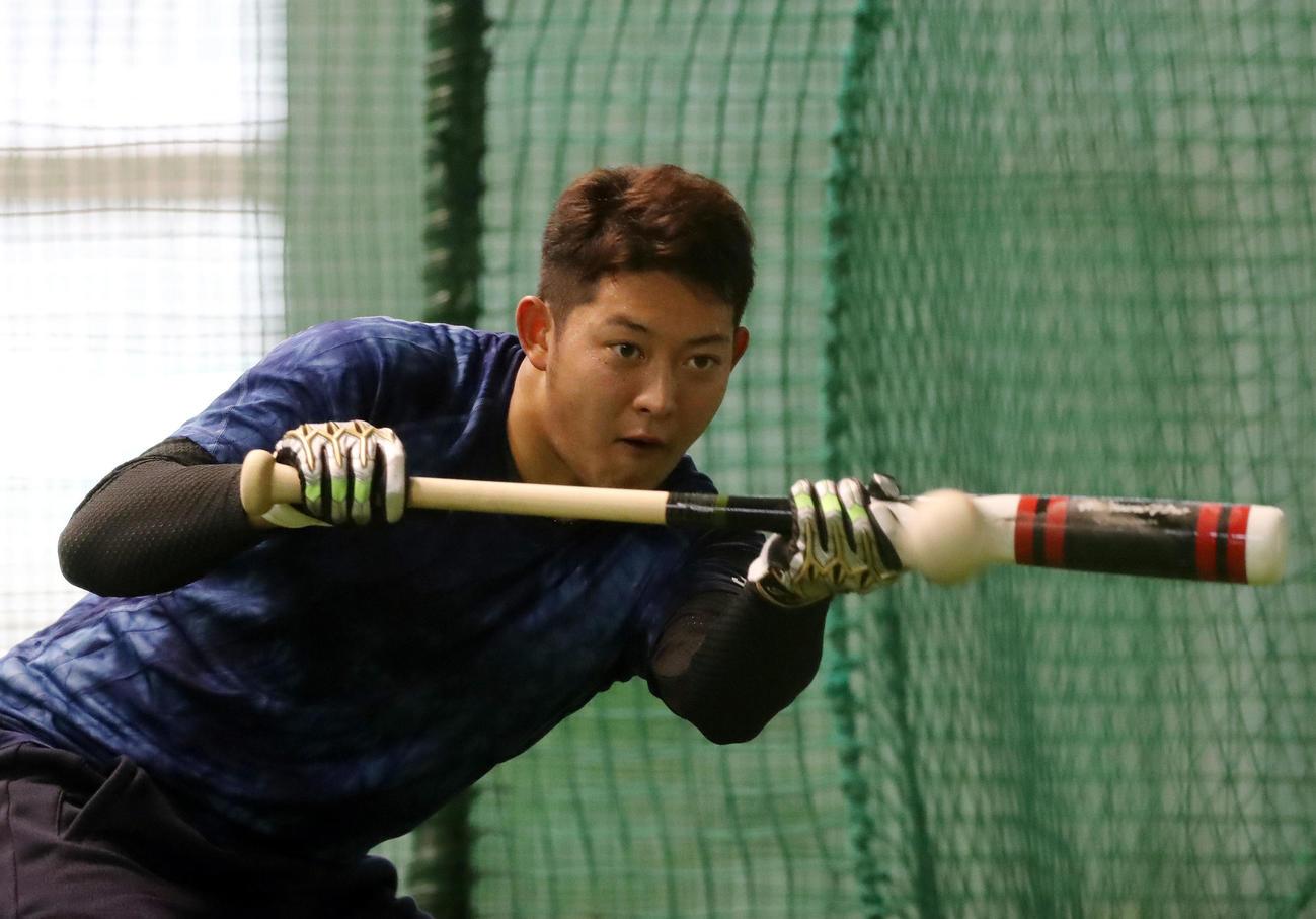 室内練習場で打撃練習するロッテ佐藤(撮影・垰建太)
