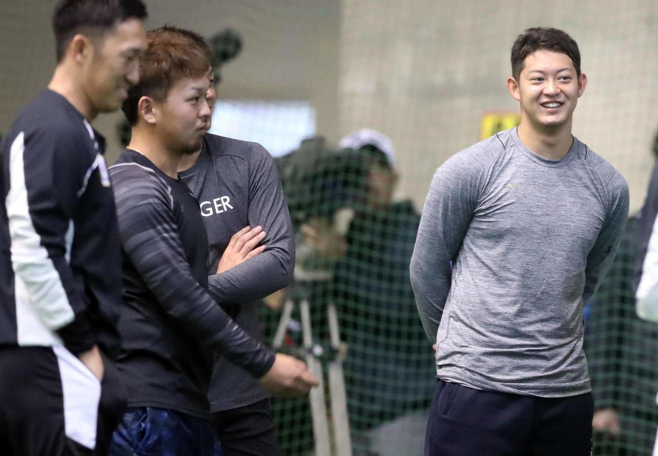 先輩捕手の田村(左から2人目)らと談笑する佐藤