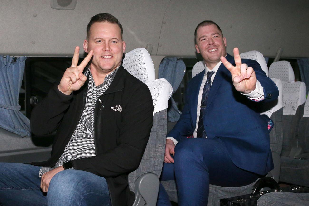 来日した阪神新外国人のサンズ(左)とボーアは車の中でVサイン(撮影・上山淳一)