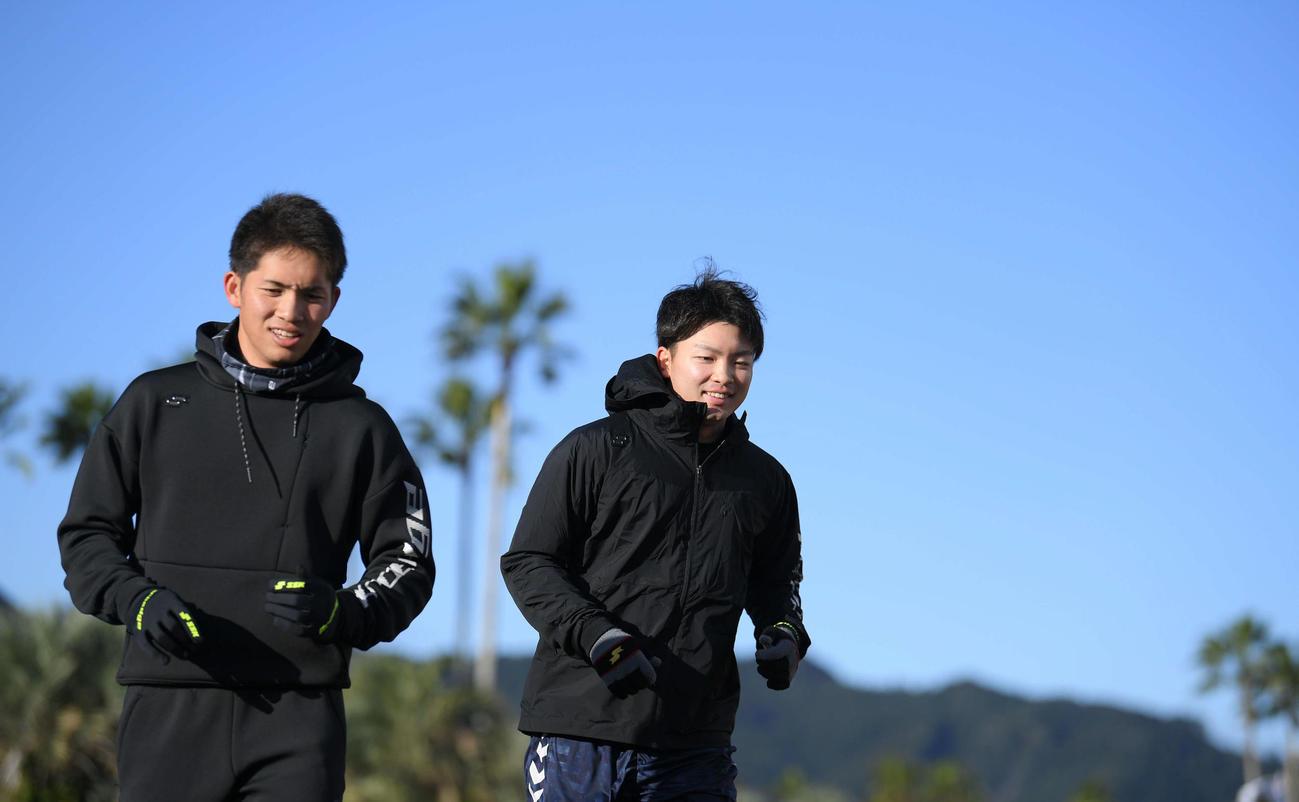 合同自主トレ開始前、木の花ドームの外周をランニングする巨人高橋(左)と高田(撮影・加藤諒)
