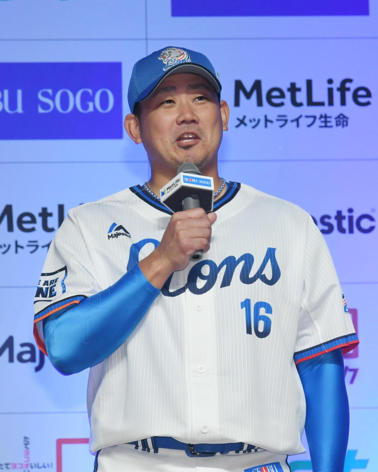大勢のファンの前で、「帰ってまいりました」とあいさつする松坂大輔(撮影・酒井清司)