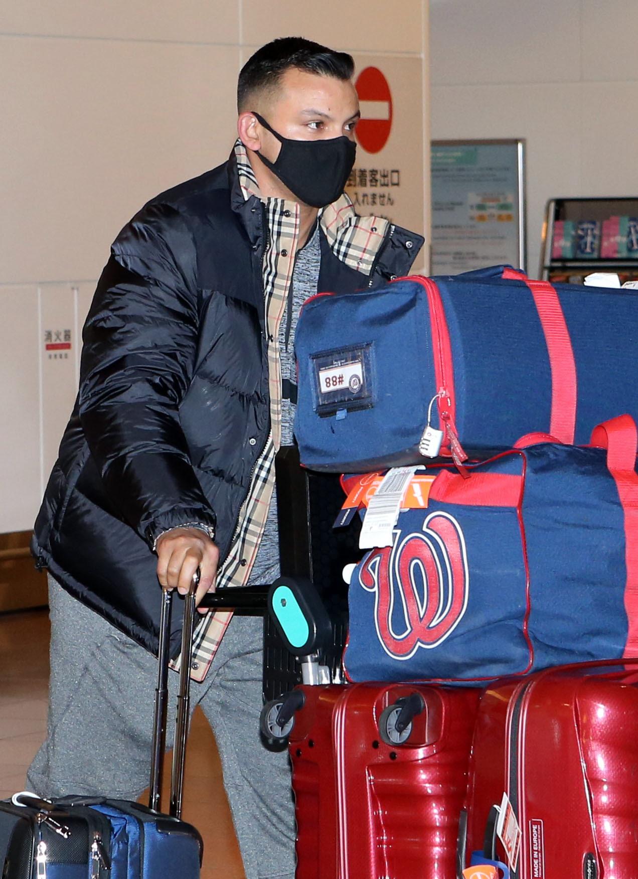 ナショナルズバッグを携え、羽田空港に到着するパーラ(撮影・狩俣裕三)