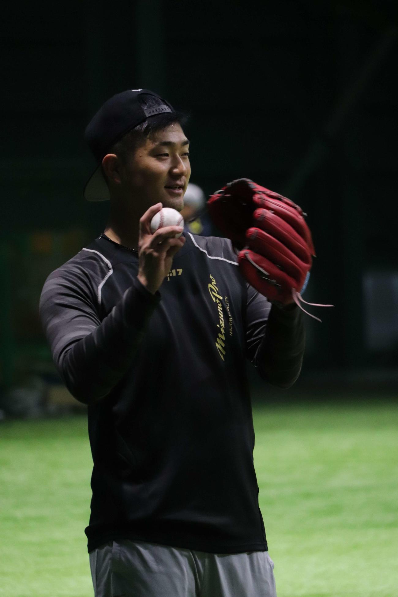 室内練習場でキャッチボールする広島岡田(撮影・前原淳)