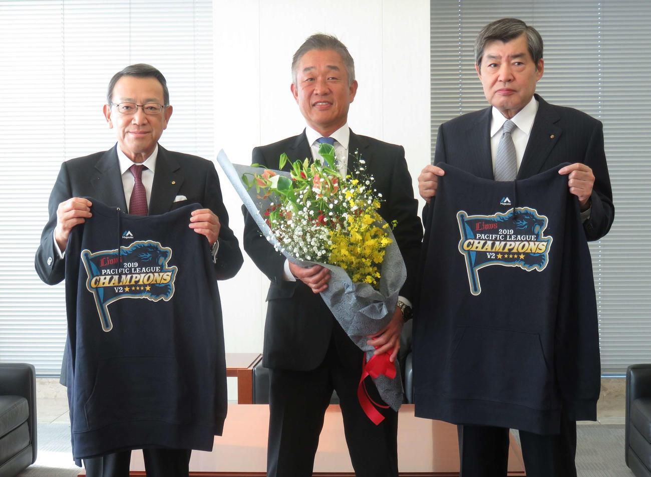 西武辻監督は社会人時代に7年間在籍した日本通運本社を訪問し、渡辺会長(右)と斎藤社長(左)と記念写真に納まる