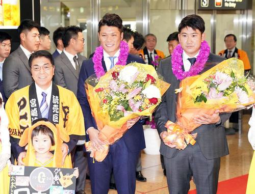 宮崎空港で記念撮影に応じる巨人菅野(右)、坂本主将(中央)、戸敷宮崎市長(左)(2020年1月27日)