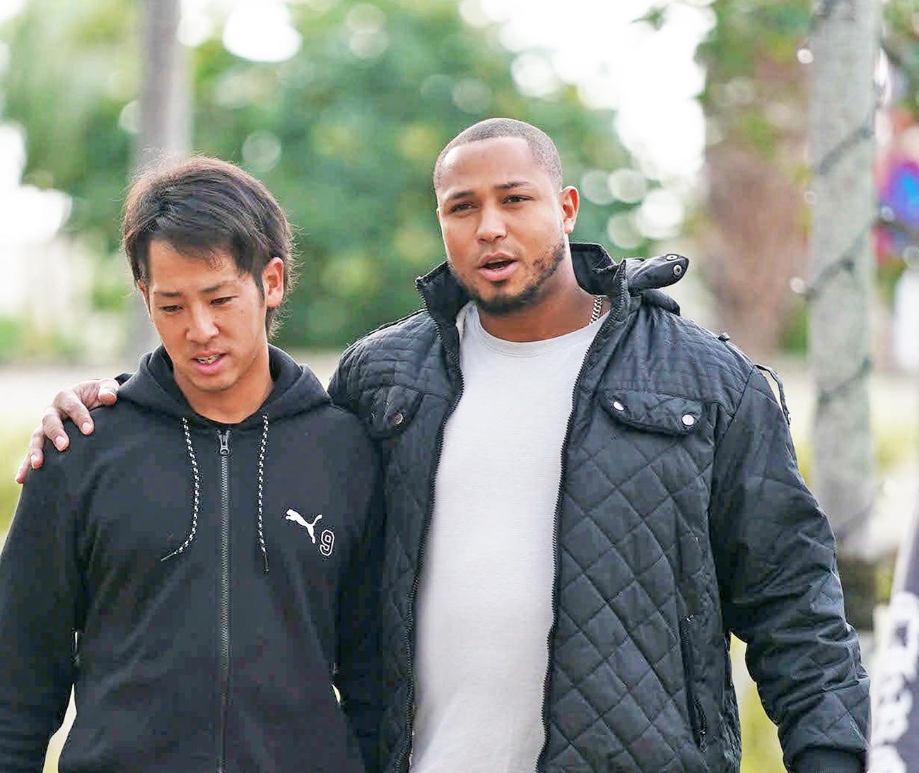 石川駿(左)と全体ミーティングの会場に向かうシエラ(撮影・森本幸一)