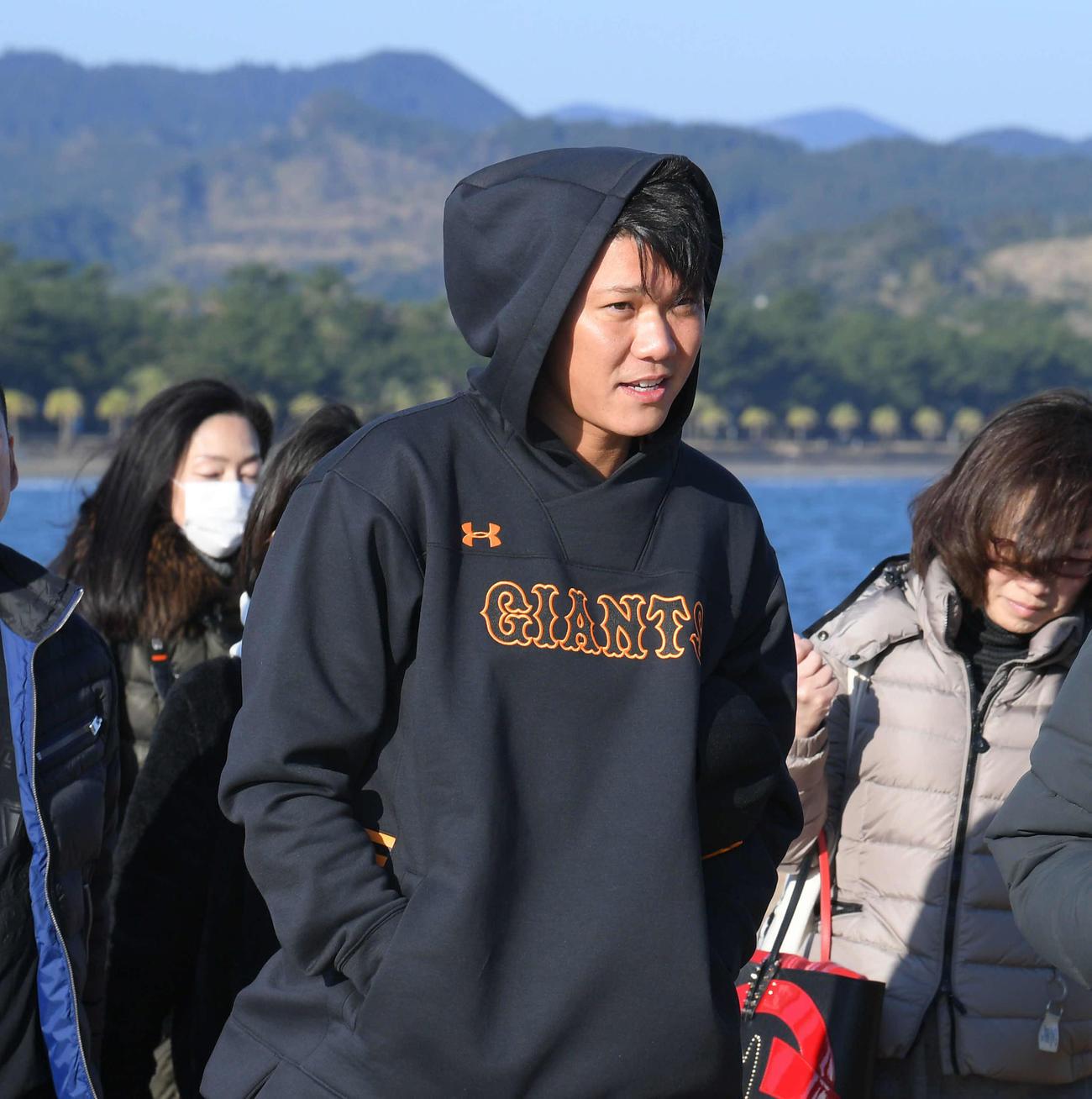 キャンプインを前に青島神社に参拝する巨人坂本(撮影・加藤諒)