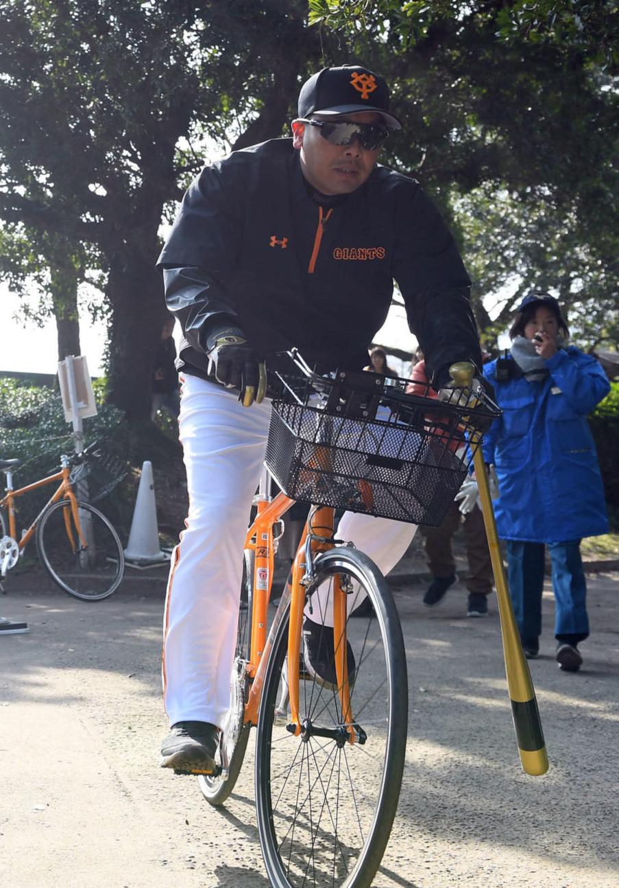 自転車で移動する巨人阿部慎之助2軍監督(撮影・たえ見朱実)