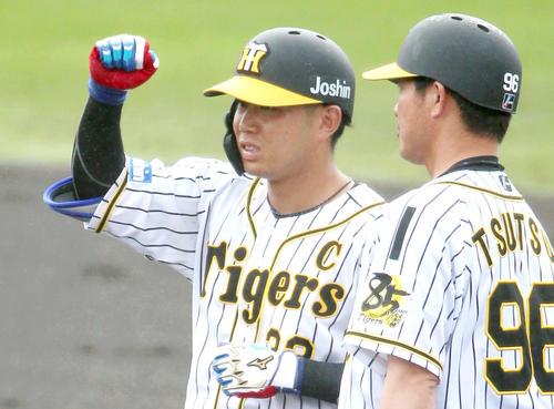 3回裏阪神1死、糸原(左)は右前打を放ち一塁でガッツポーズ(撮影・上山淳一)