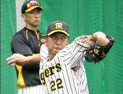 ブルペンで投球練習をする藤川、左は矢野監督(撮影・上山淳一)