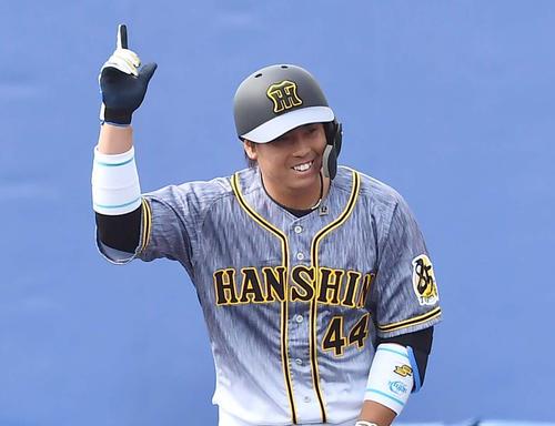 2回表阪神1死一、二塁、中前先制適時打を放ち、称賛に応える梅野(撮影・上田博志)