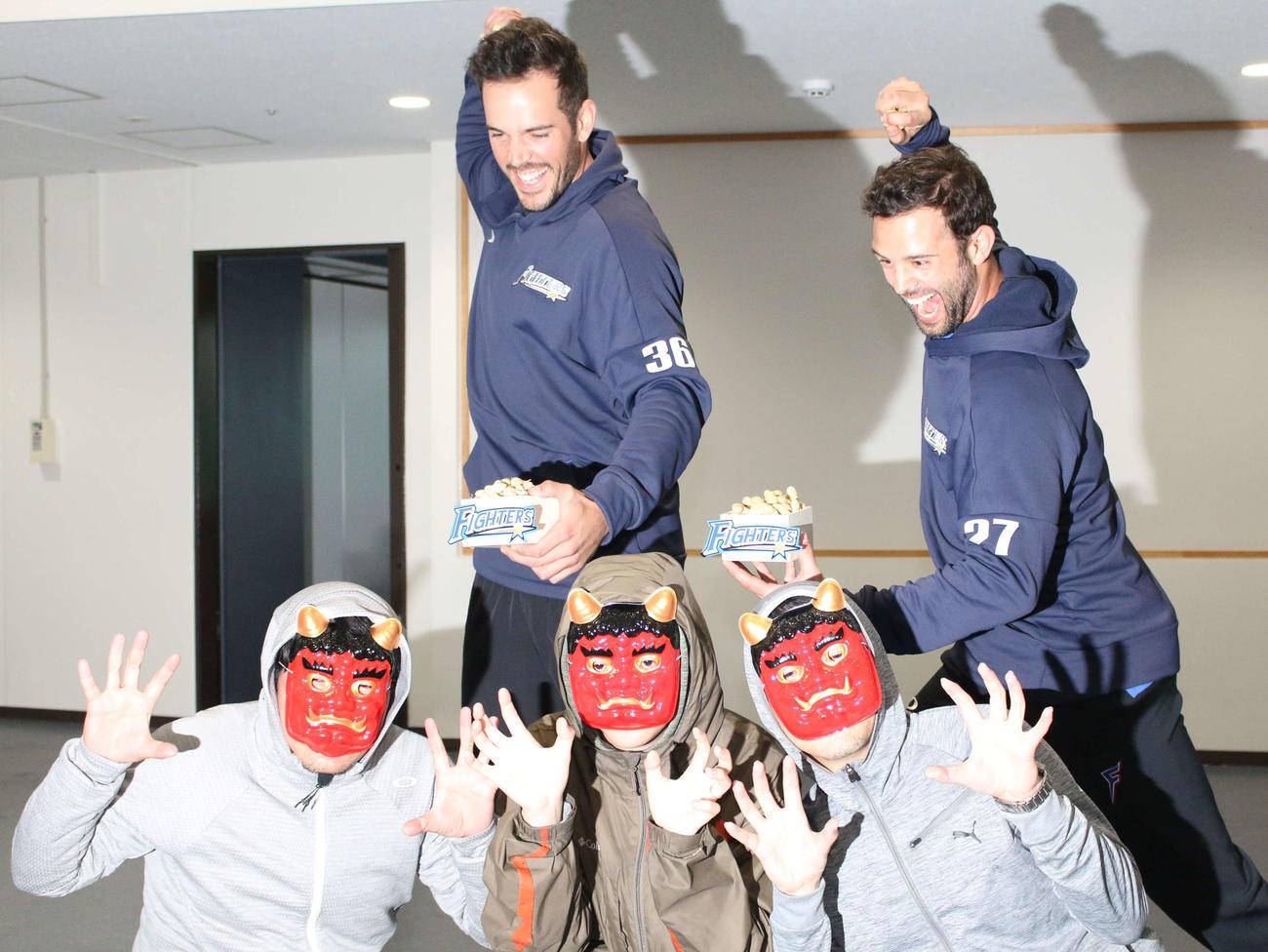 節分の日に鬼を退治する日本ハムのバーヘイゲン(左)とマルティネス(撮影・木下大輔)