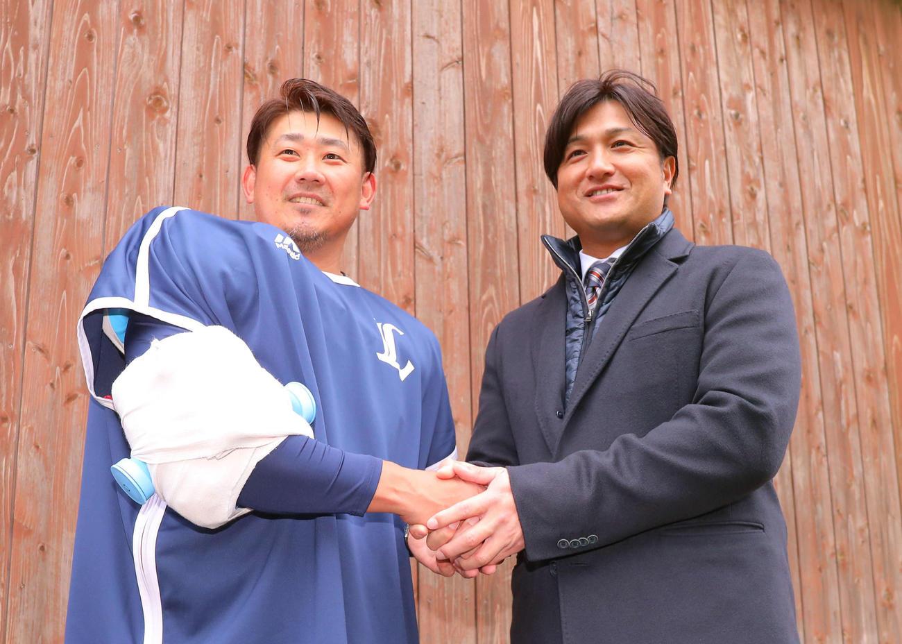 初ブルペン入りを終え、高橋由伸氏(右)からインタビューを受ける西武松坂大輔(撮影・河田真司)