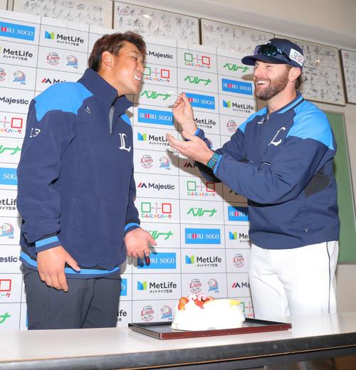 2月3日誕生日の西武高橋光(左)は、ニールにケーキを食べさせてもらい祝福される(撮影・河田真司)