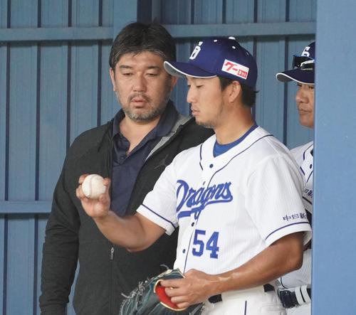 ブルペンで投球練習をする藤嶋健人(右)にアドバイスを送る野茂英雄(左)(撮影・森本幸一)