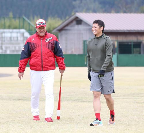 ナイキのシューズを履いてランニングメニューをこなす広島市岡は笑顔、左は佐々岡真司監督(撮影・梅根麻紀)