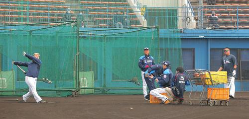 早出で打撃練習する西武森(左)と山川穂高(右)。中央は辻監督(撮影・河田真司)