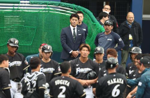日本ハムのキャンプ地を訪れた日本代表稲葉監督。右は小笠原ヘッドコーチ(撮影・黒川智章)