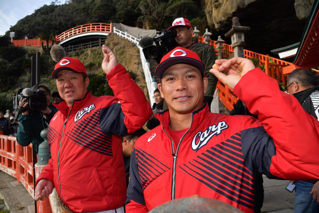 鵜戸神宮で参拝した後、運玉を投げる佐々岡真司監督と田中広輔(右)(代表撮影)
