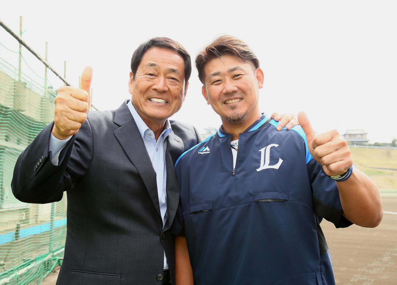 テレビ取材で西武キャンプに訪れた中畑氏(左)は松坂と笑顔でポーズを決める(撮影・足立雅史)
