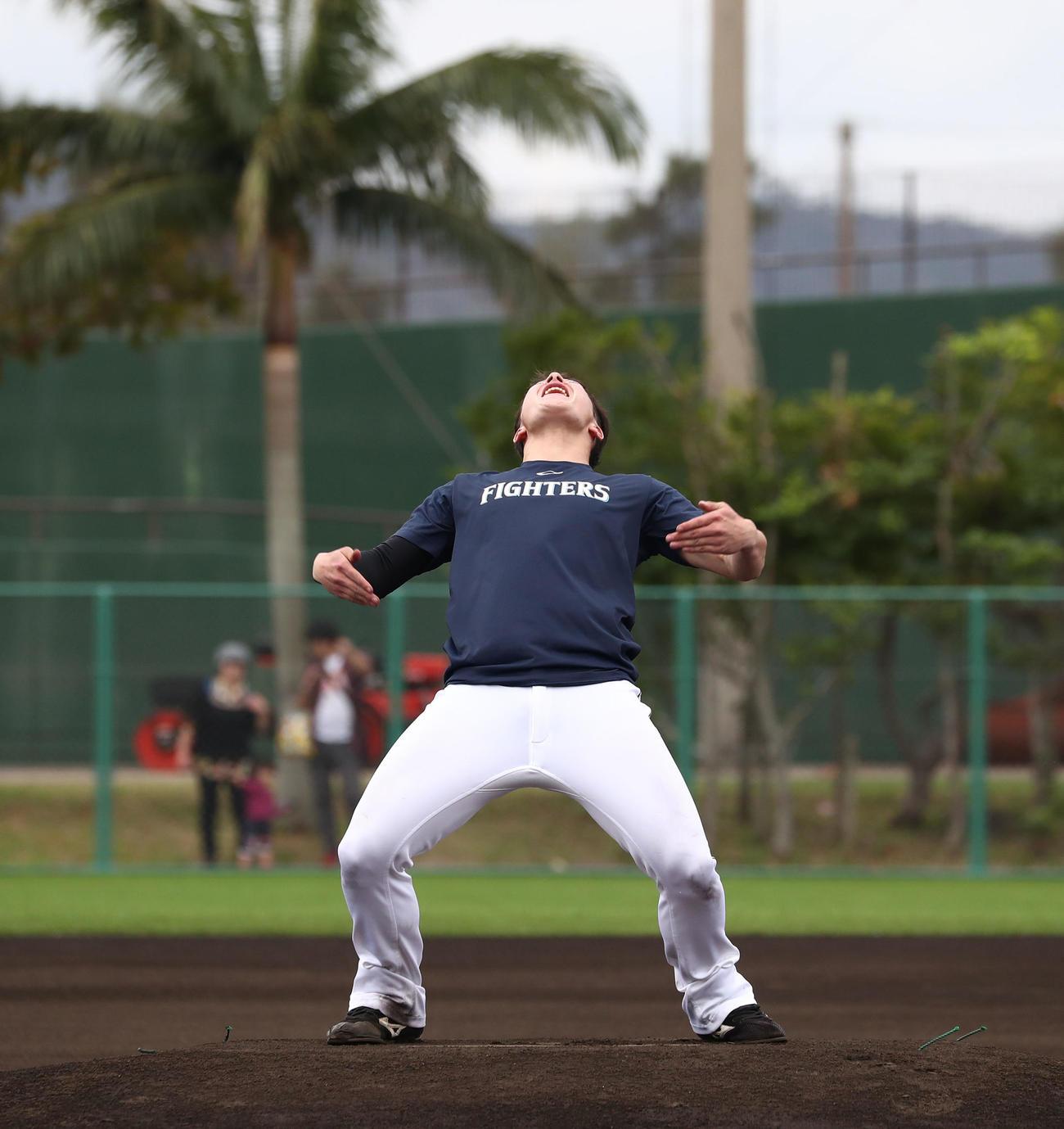 練習中のバツゲームで、マウンドの中心で「コマネチ!」と叫ぶ日本ハム吉田輝星(撮影・黒川智章)