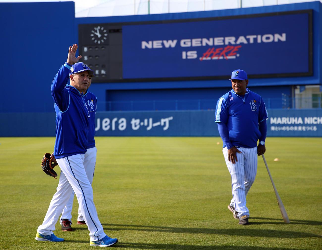選手たちにあいさつする特別コーチのビスケル氏(左)。右はDeNAラミレス監督(撮影・大野祥一)