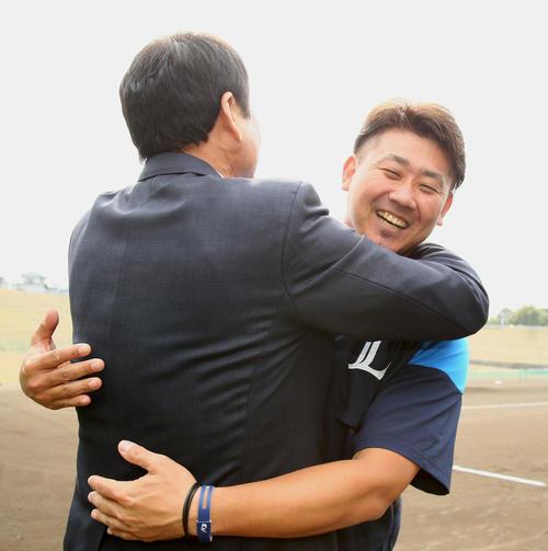 テレビ取材で西武キャンプに訪れた中畑氏(左)は松坂との再会を抱き合い喜ぶ(撮影・足立雅史)