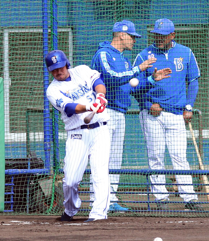 打撃練習するDeNA宮崎。後方は左からビスケル氏、ラミレス監督(撮影・大野祥一)