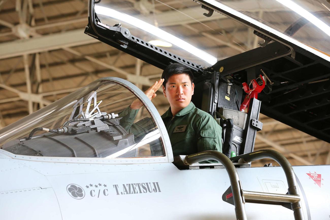 航空自衛隊新田原基地を訪問し、F15戦闘機のコクピットで敬礼する巨人伊藤海斗