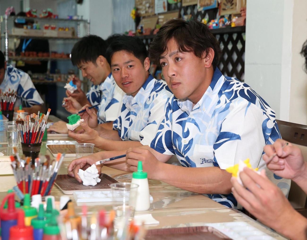 休日にシーサーの着色体験をする日本ハムの河野(右)ら日本ハムの新入団選手たち(撮影・黒川智章)