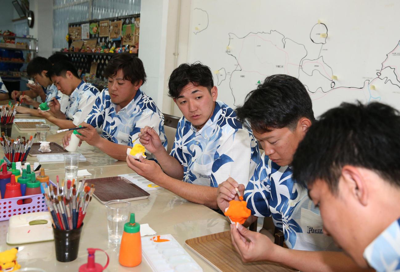 休日にシーサーの着色体験をする日本ハムの新入団選手たち(撮影・黒川智章)