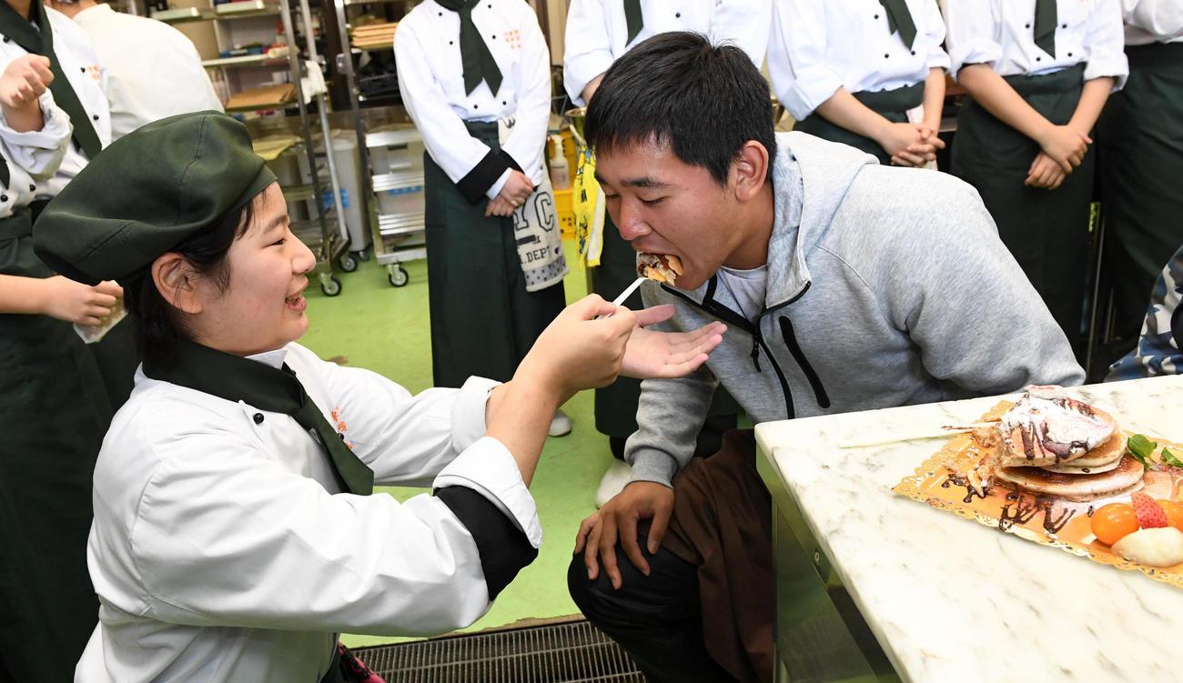 自身が作った九州パンケーキを食べさせてもらうオリックス宮城(撮影・前岡正明)