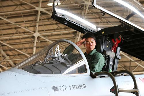 航空自衛隊新田原基地を訪問し、F15戦闘機のコクピットで敬礼する巨人菊田(撮影・河野匠)
