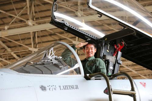 航空自衛隊新田原基地を訪問し、F15戦闘機のコクピットで敬礼する巨人井上温大