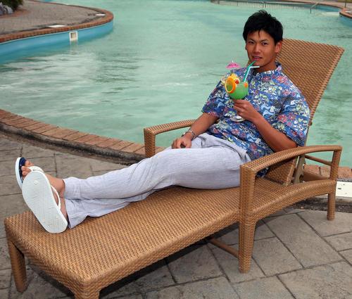 休日をプールサイドで優雅に過ごす新人のDeNA坂本(撮影・大野祥一)